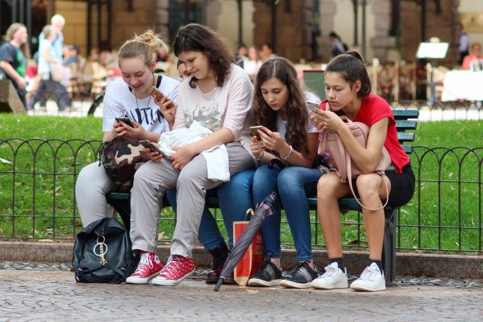 Adicción a internet: estudiantes que pasan más horas en internet estan menos motivados